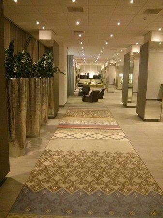 Crowne Plaza Antwerpen: pasillo a recepción