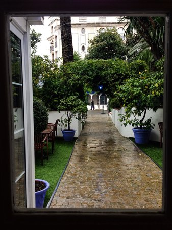 Hotel de Provence : The cute entrance in a rainy day
