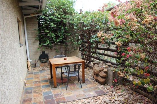 Haus Sonneneck Bed and Breakfast: Die kleine Terrasse; gemütlich aber leider kein Ausblick