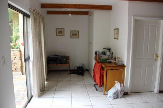 Haus Sonneneck Bed and Breakfast: Eingang Bungalow mit Schreibecke und Kühlschrank