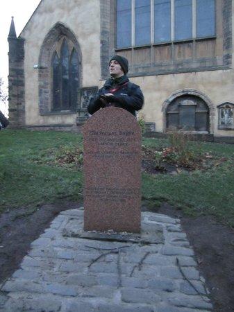 SANDEMANs NEW Europe - Edinburgh: Tour guide Billy explaining the story of Greyfriars Bobby's grave