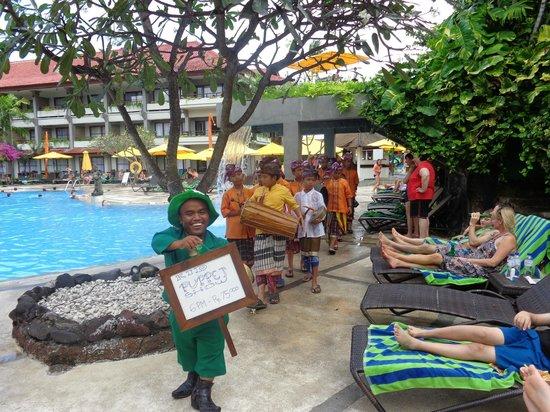 Bali Dynasty Resort : children's puppet show with Ketut