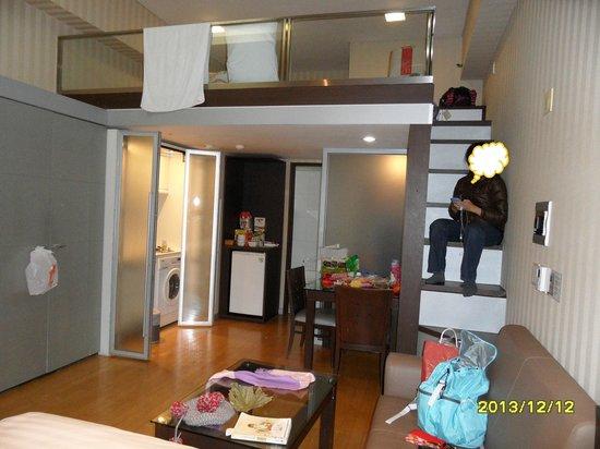 Provista Hotel: Dining and kitchen area.