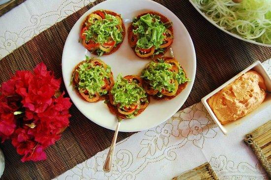Bahay Kalipay Detox Retreat: Amazing raw food meals, here is raw pizza