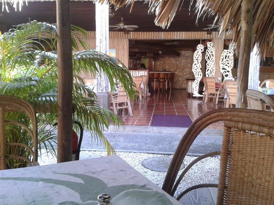 Kariwak Village Restaurant: view across the dining area