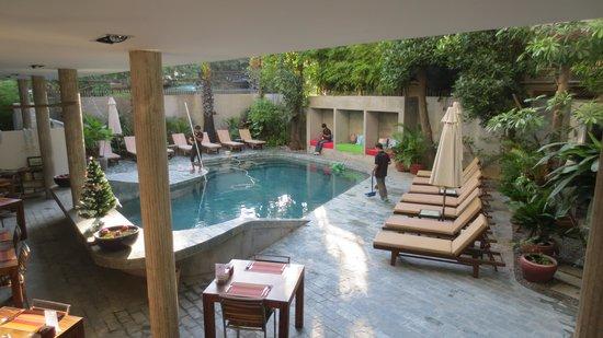 Rambutan Resort - Phnom Penh: restaurant and pool
