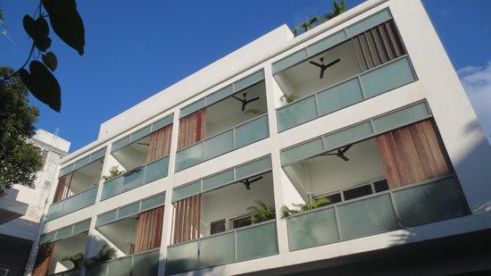 Rambutan Resort - Phnom Penh: building overlooking the pool