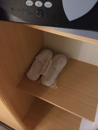 Crowne Plaza Muscat: Slippers in the room and safe