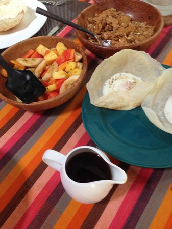 Templeberg Villa: Breakfast of tropical fruit, cereal, treacle and buffalo curd … yummy!