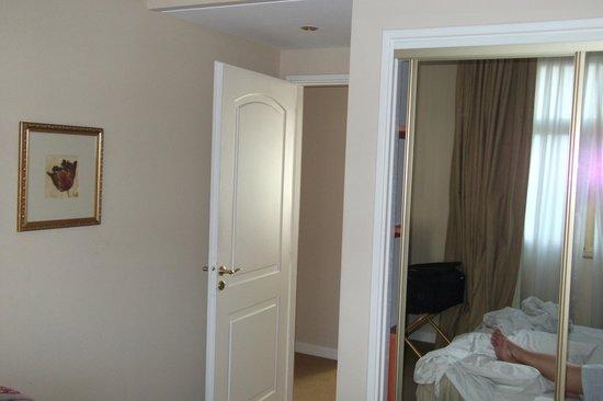 Intersur Recoleta: Entrada al dormitorio de la suite.
