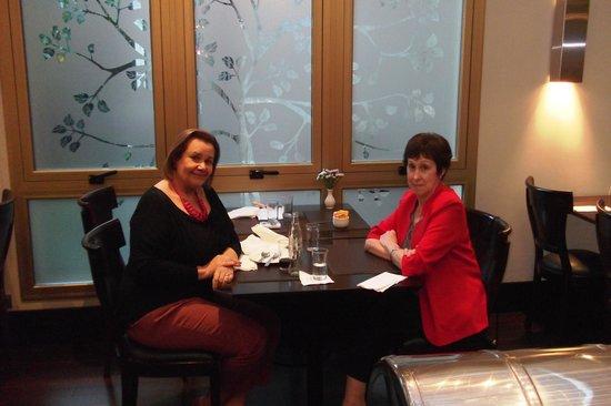 Intersur Recoleta: Con una amiga disfrutando del Bar Recoleto. Allí también se sirve el desayuno.