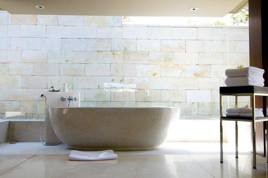 The Bale: Bathroom with tub