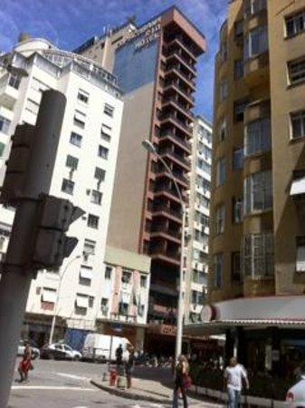 Copacabana Rio Hotel: Copacabana Rio busy street location