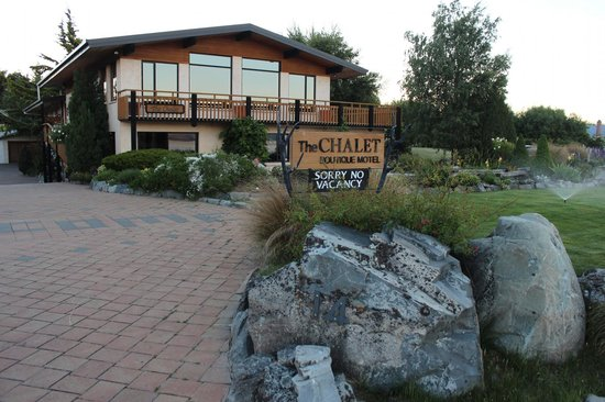 The Chalet Boutique Motel: Part of the property as seen from the front :)