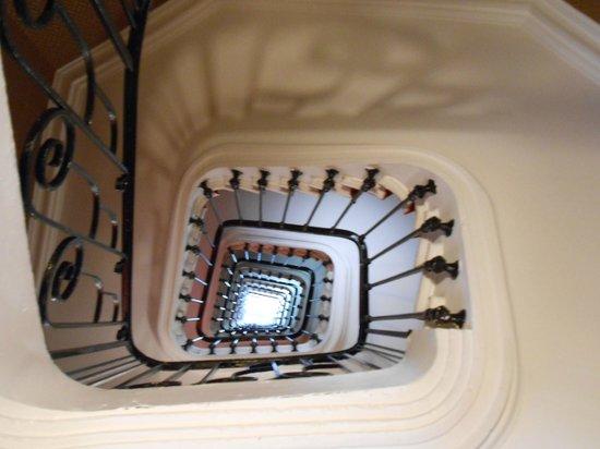 Ibis Styles Hôtel Paris Gare du Nord TGV : Le plafond de l'accueil et l'escalier jusqu'au 8è étage