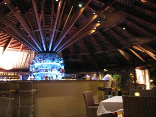ZoZo's Ristorante: Chic bar area