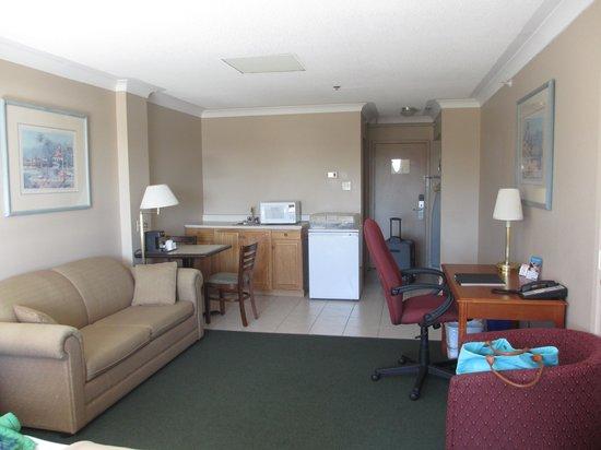 Canadas Best Value Inn - Saint John: Living room and kitchenette