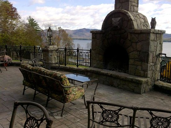 The Inn at Erlowest: Outdoor veranda and fireplace