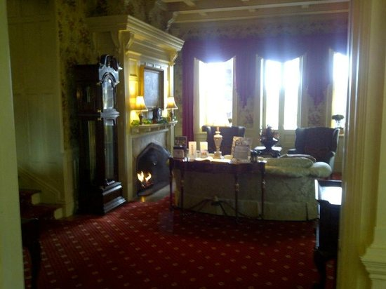 The Inn at Erlowest : Lobby sitting room and fireplace