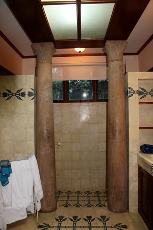 Ringle Resort Hotel & Spa: In the Giant Bathroom towards the shower