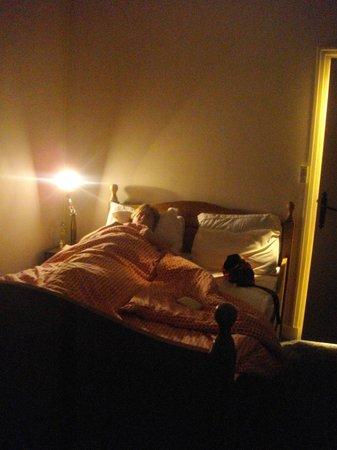 Hotel Maine: chambre avec un lampe de chevet pour tout éclairage