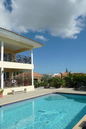 Panache Beauty & Wellness Mini-Resort: Blick vom Haupthaus in Richtung Bungalows