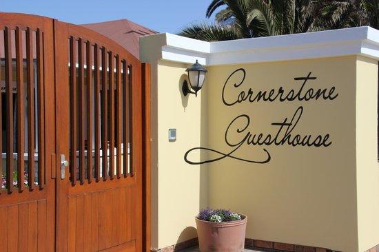 Cornerstone Guesthouse: Eingangstor von der Strassenseite aus