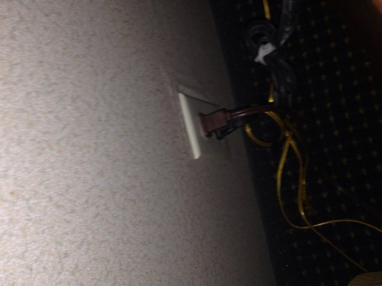 Holiday Inn Express Anderson: Loose plug notice gap on right side of faceplate to exposed wires.