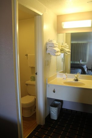 Knights Inn Punta Gorda : guest bath