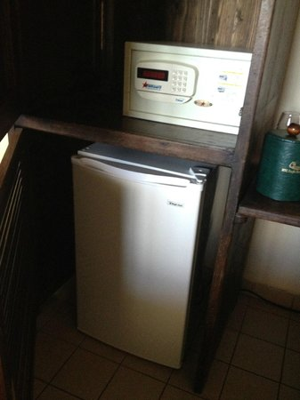 MVC Eagle Beach: fridge and safe in armoire