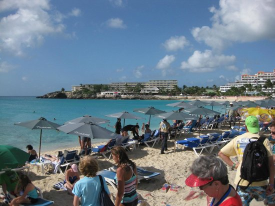 Sunset Beach Bar: Taken from the restaurant people crowd on the beach to see the planes coming in overhead.