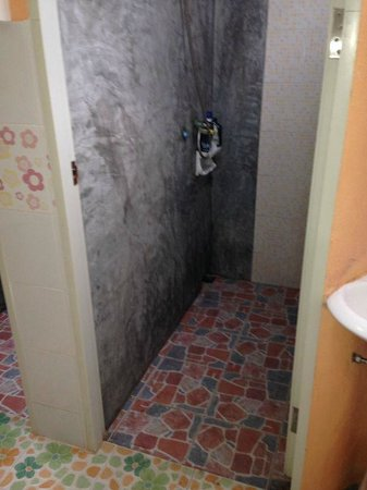 Khun Ying House: shared shower each dorm