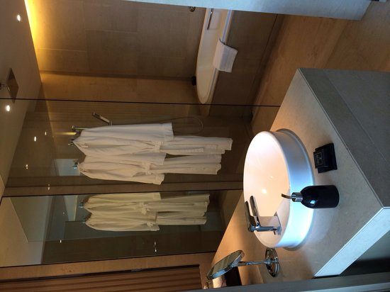 The Okura Prestige Bangkok: Bathroom with rain shower and bath tub