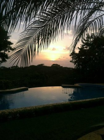 Hotel Luna Azul: Sunset view from the dining area - overlooking the pool out to the ocean