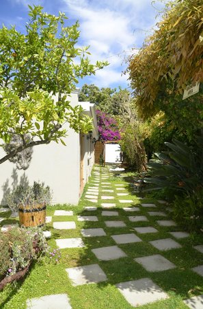 La Pension Guest House : Pathway to patio