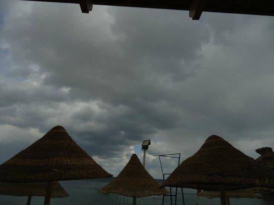 Dreams Beach Resort: Зонтики , похожие на пирамиды, правда ?