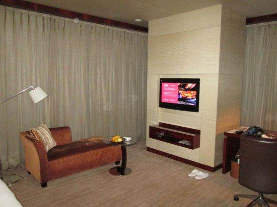 Grand Hyatt Shenzhen: Wohn und Arbeitsbereich im Eck-Zimmer