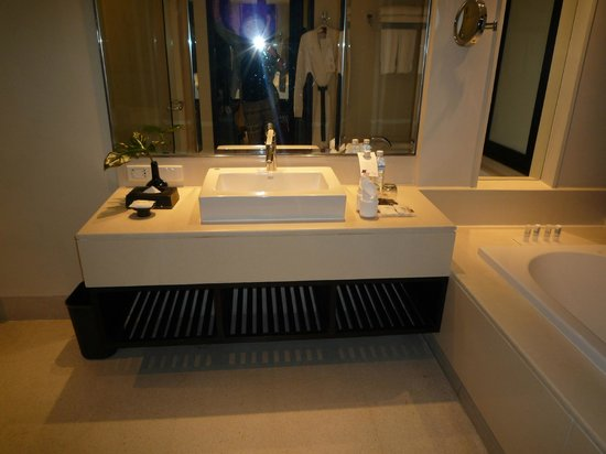 Le Meridien Chiang Rai Resort: Detalle del baño