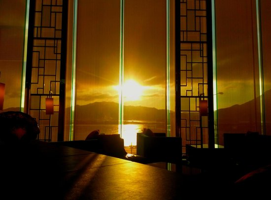 Hong Kong SkyCity Marriott Hotel: Sunrise from the hotel lobby