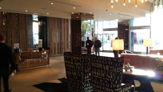 Kimpton Hotel Palomar Phoenix: Upper level lobby