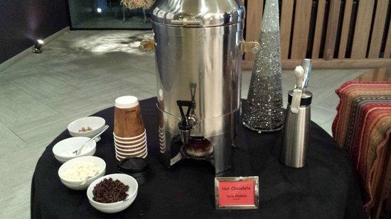 Kimpton Hotel Palomar Phoenix : Free hot chocolate bar