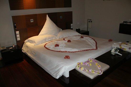 Veligandu Island Resort & Spa: Lit préparé pour nuit de noce