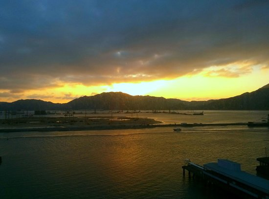 Hong Kong SkyCity Marriott Hotel: Sunrise view from our room