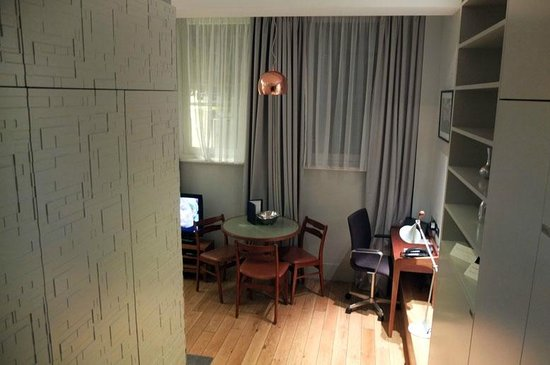 Town Hall Hotel: Small poor quality desk in living area