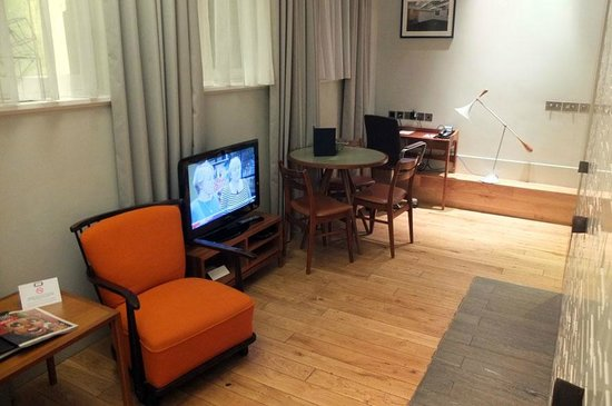 Town Hall Hotel: TV in the wrong place - so it cannot be viewed