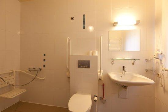 badkamer van mindervalide suite - Foto van Hotel Jose, Blankenberge ...