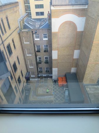 Premier Inn London City (Tower Hill) Hotel: Courtyard