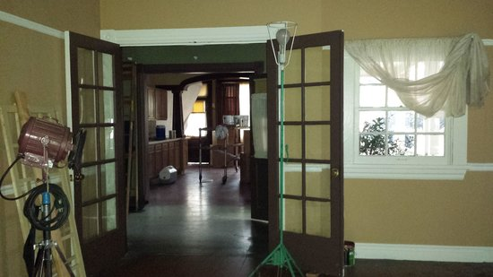 Warner Bros. Studio Tour Hollywood: Walking inside the Hart of Dixie house!