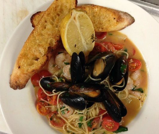 Lefty's Grill : Steamed mussels w/linguini special