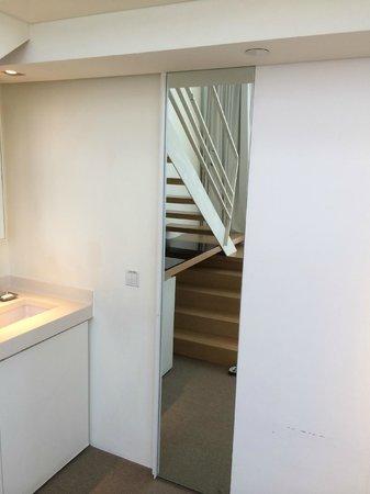 Studio M Hotel: Door mirror at sink